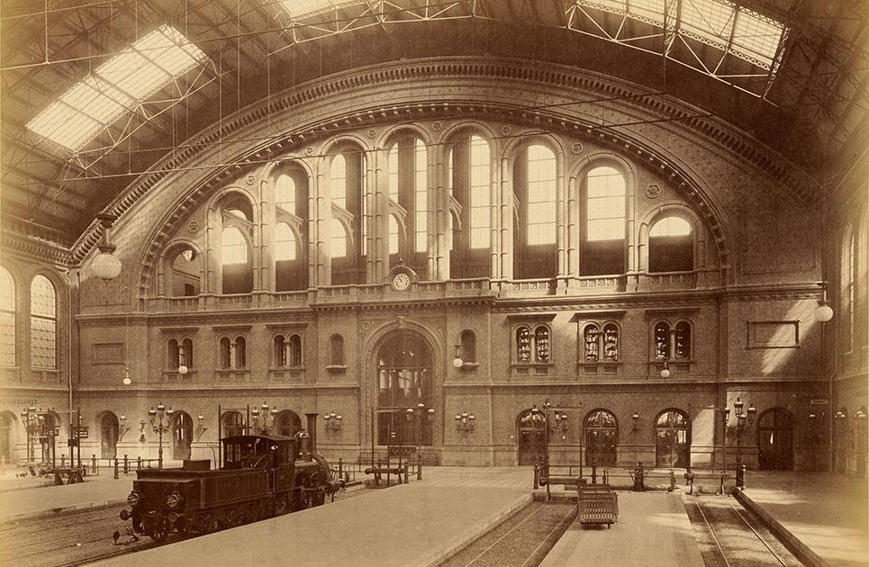 Blick in die Halle des Anhalter Bahnhofs 1880
