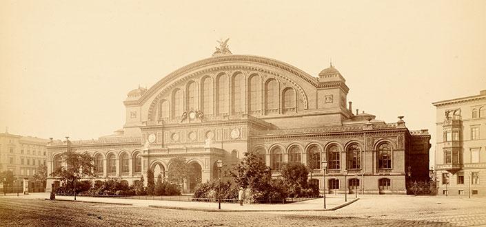 Die Hauptfassade des Anhalter Bahnhofs zumAskanischen Platz 1881