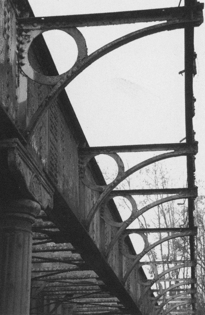 Konsolen des demontierten Laufstegs der Brücke5, die zur Dresdner Bahn gehörte